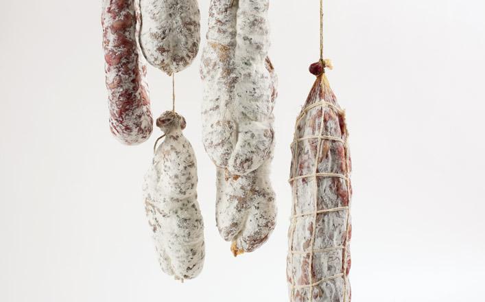 Pour obtenir des saucissons ou des saucisses d'Auvergne, il faut...