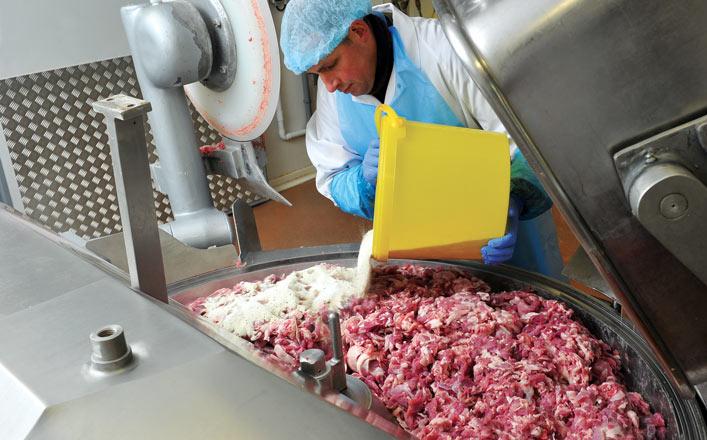 on hache les viandes et on mélange le tout