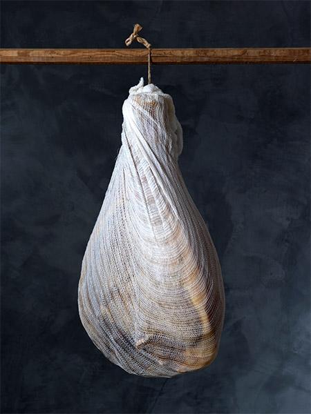 Jambon d'Auvergne à l'os conservé dans un filet à jambon