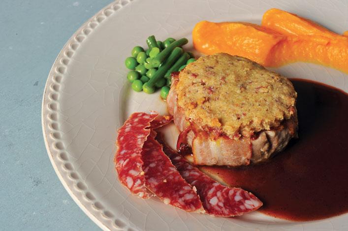 Filet mignon de porc au crumble de saucisse sèche d'Auvergne, miroir de vin rouge