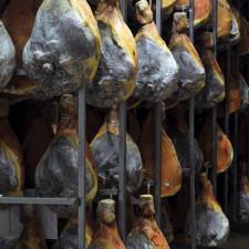 Jambons d'Auvergne dans leur séchoir